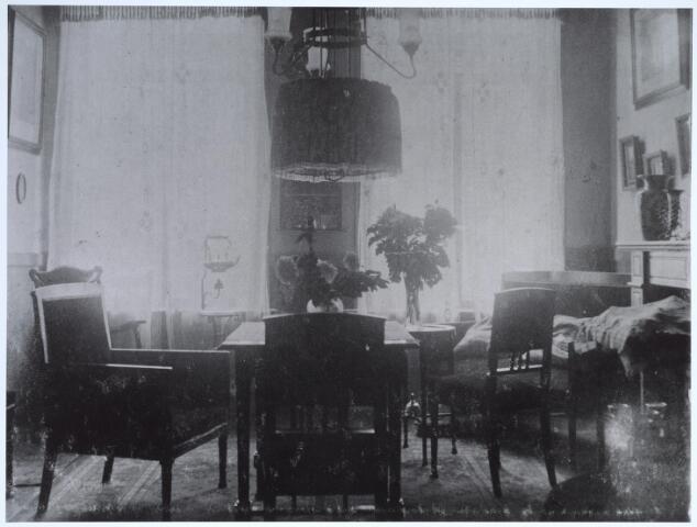 025582 - Interieur van de woning van leidekker A. F. L.  van Woerkom omstreeks 1925. Hij woonde in het pand Langestraat 14