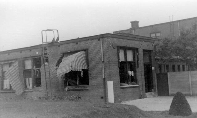 064665 - Tweede Wereldoorlog. Schade aan een Tilburgs bedrijf ten gevolge van de oorlogshandelingen bij de bevrijding van Tilburg in oktober 1944.