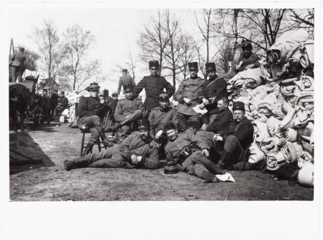 007024 - Grenadiers te Jutphaas of Vianen tijdens de Eerste Wereldoorlog. Op de voorgrond eerste van rechts, zittend tegen de dekenrollen, Petrus Aloijsius van Hest geboren te Tilburg 17 september 1881 overleden te Hansweert 23 maart 1960.