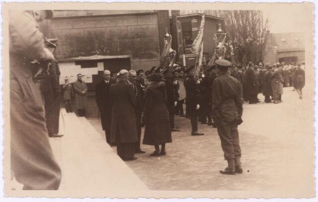 012747 - WO2 ; WOII ; Tweede Wereldoorlog. Koninklijk bezoek. Koningin Wilhelmina in gesprek met burgemeester Van de Mortel op de Markt tijdens haar bezoek aan bevrijd Tilburg op 18 maart 1945