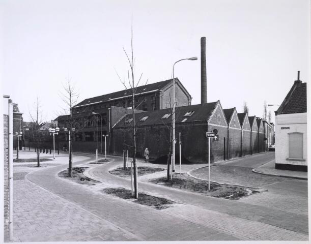 024437 - Korte Schijfstraat met op de voorgrond een fietspad dat deel uitmaakt van de fietsroute, die in april 1977 officieel in gebruik werd genomen. Zowel het complex van de voormalige textielfabriek Brouwers als de huizen rechts aan weerszijden van de Schoolstraat zijn afgebroken en hebben plaatsgemaakt voor woonflats