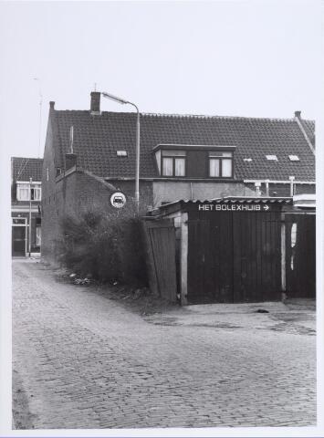 014110 - Achterzijde van de onbewoonbaar verklaarde woning Akkerstraat 37, gezien vanuit de Roggestraat. Enkele panden verder, op huisnummer 43,  was Het Solexhuis van P. van Pinxteren gevestigd