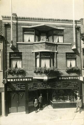"""200420 - Wenzl Franz Rossmeisl, geboren te Kraslice 15 september 1870 en overleden te Tilburg op 21 januari 1947, opende op 14 augustus 1931 zijn nieuwe zaak, """"het Muziekhuis""""  in muziekinstrumenten, radio's, onderdelen en grammofoonplaten aan de Juliana van Stolbergstraat 7. Zijn vennoot en zoon Franz Rossmeisl, werd geboren te Graslitz op 29 maart 1895 en overleed te Tilburg op 13 mei 1945. Hij was getrouwd met Franciska Wilfer, die na de dood van haar man en schoonvader de zaak voortzette. Opvolger was haar zoon Franz Wenzl Rossmeisl, geboren te Tilburg op 5 september 1934 en overleden te Goirle op 6 september 1983. De zaak van Wenzl Franz Rossmeisl was in de jaren 1922-1931 gevestigd aan de Emmastraat 39."""