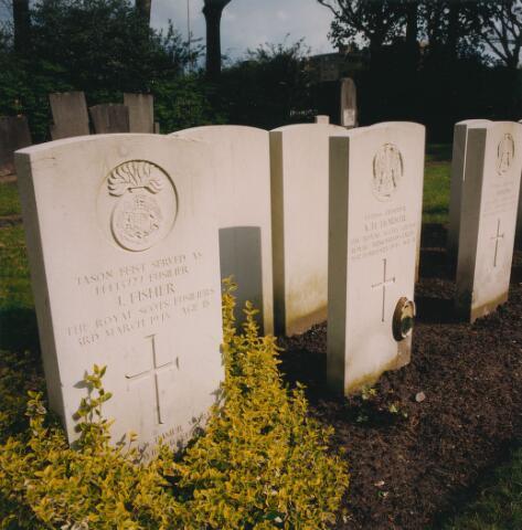 064347 - Oorlogsgraven op begraafplaats Vredehof aan de Gilzerbaan.