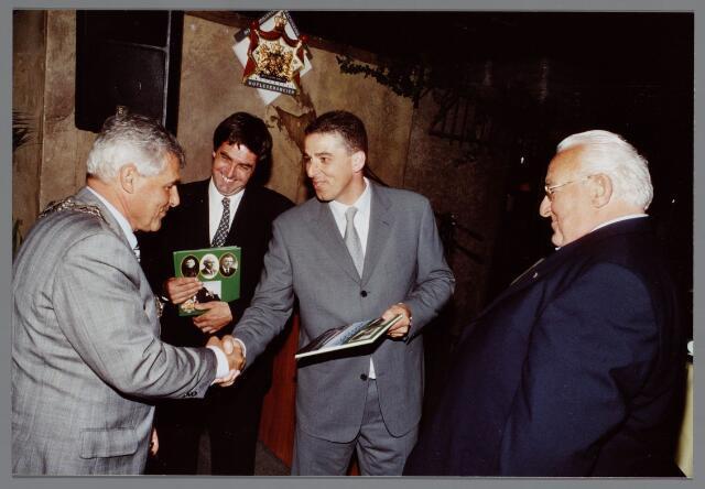 065422 - Transportbedrijf Claassen. Viering van het 150-jarig bestaan van de firma. Links burgemeester Stekelenburg, naast hem Henk van Doremalen, schrijver van een gedenkboek over dit bedrijf.