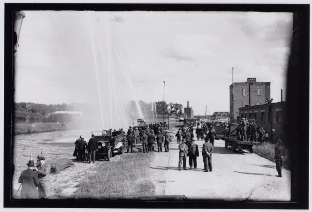 103656 - Brandweer. Provinciaal Brandweercongres te Tilburg op 22 juni 1931. demonstratie met gespreide straal.