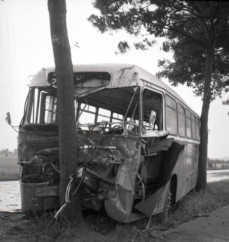 654673 - Persfoto. Ongeluk met autobus.