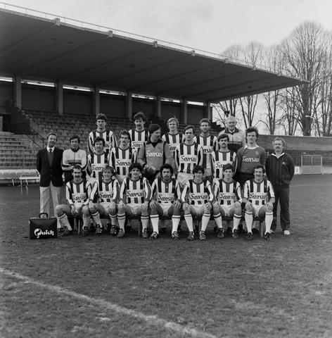 1237_011_816_001 - Sport. Voetbal. Willem II. Groepsfoto van het elftal met sponsor Sansui, auto Korvel in januari 1983.