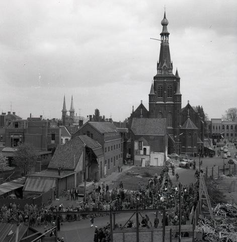 """654548 - Cultuur. Doedelzakband """"de Scotjes"""".  Achterzijde (Oude) Markt met de Heikese kerk Begin van de doorbraak van Zomerstraat/Bredase Weg voor de aanleg van de Schouwburgring."""