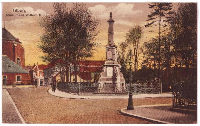002485 - Markt  met op de voorgrond de Monumentstraat. Rechts op de hoek van de Paleisstraat de gedenknaald voor koning Willem II.