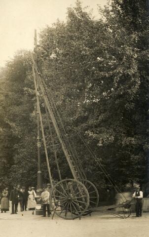 650430 - Schmidlin. De plaatsing van elektrische straatverlichting aan het Wilhelminapark, omstreeks 1915.