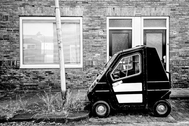 digi 1692_004 - 45-km autootje geparkeerd voor de (gerenoveerde) woning in de wijk die in de volksmond bekend staat als de 'Vogeltjesbuurt'. De foto is onderdeel van een fotoserie van Anja van Eersel. Volksbuurt. Broekhoven. Groenewoud.