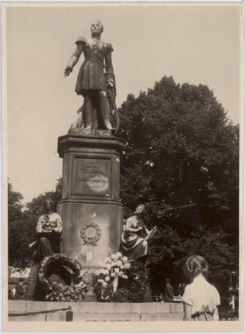 021449 - Standbeeld van Willem II op de Heuvel in 1954