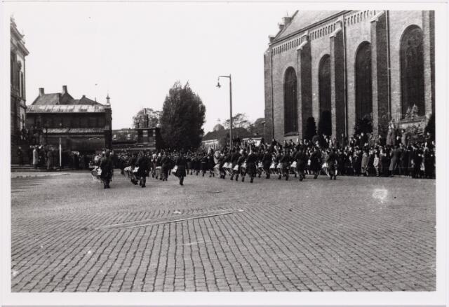 012531 - WO2 ; WOII ; Tweede Wereldoorlog. Bevrijding. Parade van Schotse pijpers op de Markt op 29 oktober 1944