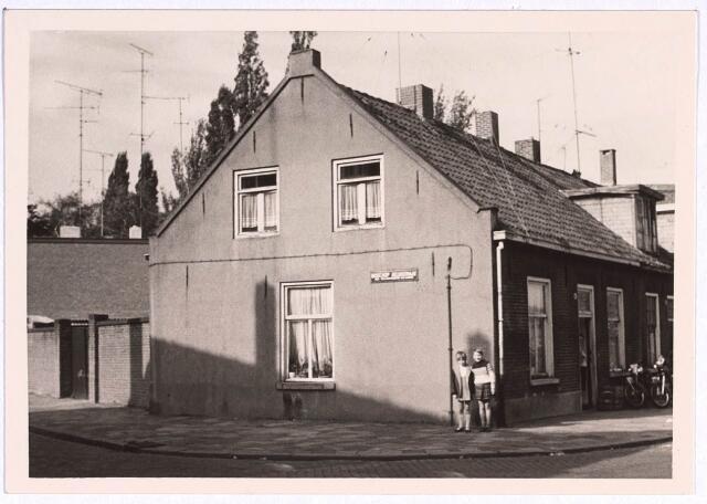 022776 - Pand Houtstraat 43 op de hoek met de Bisschop Aelenstraat eind oktober 1968