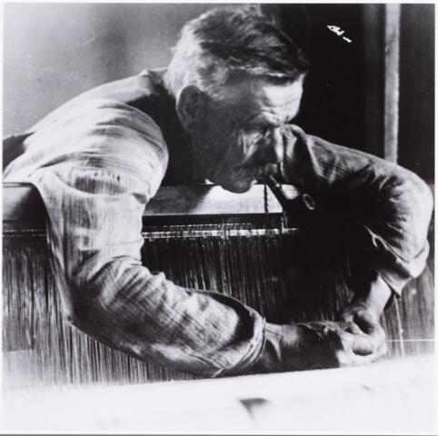007712 - Wollenstoffenwever Johannes Franciscus (Frans) Robben, geboren te Tilburg op 25.7.1860, overleed aldaar op 25.6.1939. Hij trouwde Gerardina Dominicus te Tilburg op 12.2.1890. Het echtpaar woonde aan de Rugdijk nummer 35. Foto ± 1923. In dat jaar werd deze foto ingezonden naar de Katholieke Illustratie om mee te dingen in een fotowedstrijd.