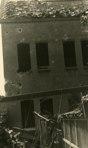 200453 - WOII; WO2; Tweede Wereldoorlog. Schade aan een woning in de St. Josephstraat (nu Prinsenhoeven) na een bombardement in de nacht van 30 op 31 juli 1942.