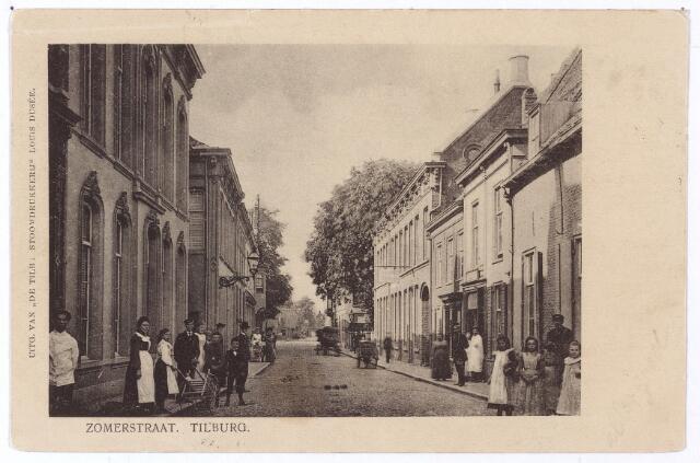 001199 - Heuvelstraat, voorheen de Zomerstraat tussen de Nieuwlandstraat en de Nederlands-Hervormde kerk (rechts achter de bomen). Op de kaart van Diederik Zijnen uit 1760 komt de naam Somerstraat voor, genoemd naar de familie Somers die daar woonde. In 1881 werd de naam Zomerstraat officiëel door de gemeenteraad vastgesteld: 'lopende van de Markt tot aan de Schoolstraat en verder langs den steenweg naar Korvel tot de weduwe Pierson'. Het huis links op de foto in later afgebroken om plaats te maken voor de Raadhuisstraat die van 1931 tot 1961 heeft bestaan.