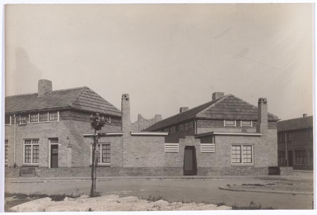 017352 - Hoekpand aan de Christiaan Huygensstraat. De huizen rechts staan in de Willem Beukelsstraat.