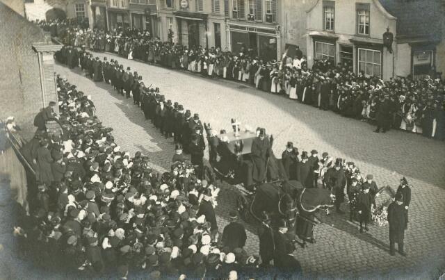 603253 - Begrafenis van de burgemeester van Tilburg W.P.A. Mutsaerts (geb. Tilburg 3-8-1833 overl. Tilburg 12-2-1907). De kaart is gericht aan zijn kleinzoon(?), de latere Mgr. W. Mutsaerts, die destijds 17 jaar was. Het postadres op de ansicht is het Seminarie in St. Michielsgestel.