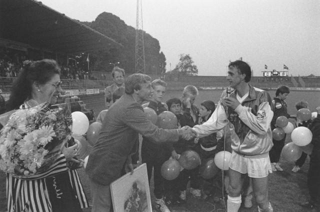 TLB023002619_003 - Sport. Voetbal. Piet de Visser, trainer bij Willem II wordt de hand geschud door Johan Cruijff. Vermoedelijk bij zijn afscheid in 1990. Op de achtergrond met bril Gerrit Brokx, burgemeester van Tilburg in 1988-1997.