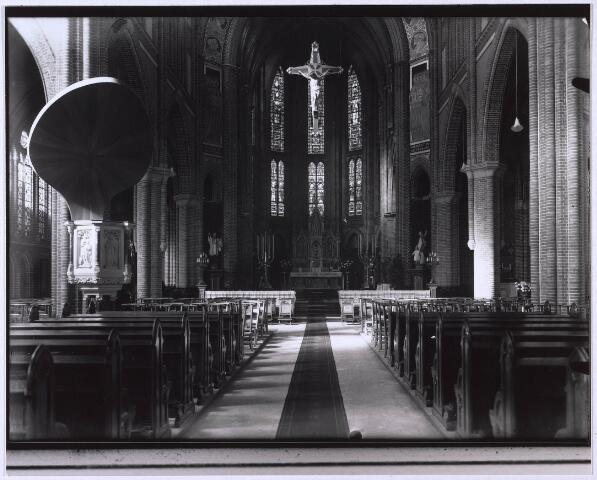 023797 - Interieur van de kerk St. Leonardus en Gezellen (parochie Besterd) medio 1939