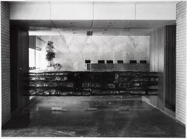 032717 - Overzicht van de raadszaal in het nieuw gebouwde gemeentelijk administratiegebouw aan het Stadhuisplein 130