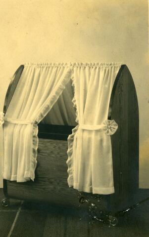 071533 - Wiegje vervaardigd in de meubelmakerij Norbert van Hoof aan de Veestraat in Tilburg.