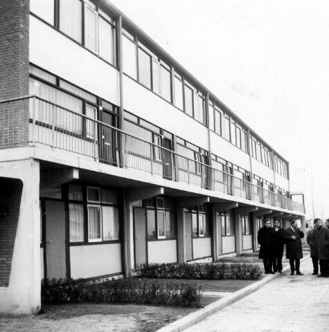 """064566 - Op 4 december 1968 werden aan de Mahlerstraat in de Stokhasselt de eerste 17 """"Bouwvliet""""-woningen opgeleverd. De woningen werden gebouwd in opdracht van de gemeente Tilburg door Van Vliet en Van Dulst's Bouwbedrijf N.V. uit Rotterdam. In het totaal had de gemeente opdracht gegeven tot de bouw van 408 van deze woningen in Tilburg-Noord, die na de oplevering beheerd gingen worden door de woningbouwverenigingen """"Samenwerking"""" en """"De Gildenbond"""". De woningen waren ontworpen door architectenbureau Maaskant, Van Dommelen, Kroos en ir. Senf te Rotterdam. De onderbouw bestond uit goedkope woningen voor bejaarden. De bovenbouw uit zogenaamde """"maisonettes""""."""