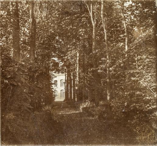 653496 - Huis van textielfabrikant Diepen. Doorkijk vanuit de tuin achter het woonhuis aan de Korvelseweg naar de fabriek. (Origineel is een stereofoto.)