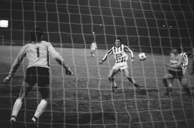 TLB023002493_001 - Voetbal Willem II aan de bal bij het doel van de tegenpartij