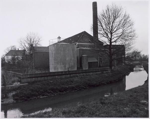 022181 - Textiel. Zijaanzicht van wolspinnerij Pieter van Dooren aan de Hilvarenbeekseweg. Op de voorgrond de Leij