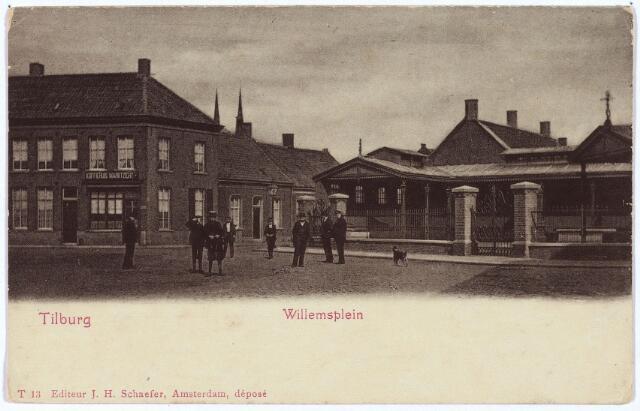002541 - Links het pand Willemsplein N 1004, vanaf 1910 Willemsplein 4,  op de hoek van de Koningstraat, bekend als café Marktzicht. Rond 1900 werd dit pand bewoond door herbergier P. in 't Groen. De volgende bewoner was Adriaan Wilhelmus van de Ven, herbergier, geboren te Waalwijk op 13 mei 1868. Zijn opvolger was Henricus Jacobs, voor zijn huwelijk op 7 augustus 1901 met Clasina Maas wolwever, daarna herbergier. Hij werd geboren op 23 januari 1874 en verhuisde in 1913 van het Willemsplein naar de Heuvel. De nieuwe bewoner werd koffiehuishouder Franciscus A.M. Gaillard, geboren te Tilburg op 15 april 1875 en getrouwd met C.C.M. Bertens. Hij hield herberg in dit pand tot maart 1934. De nieuwe hoofdbewoner werd toen de sinds 1932 bij hem inwonende schoonzoon Henricus A.M. de Kanter, handelsreiziger in machinerieën en getrouwd met Cornelia P.M.A. Gaillard. Rechts van de Koningstraat de overdekte vismarkt, Willemsplein N 1069, vanaf 1910 Willemsplein 5. Op de achtergrond de torens van de St. Josephkerk aan de Heuvel.