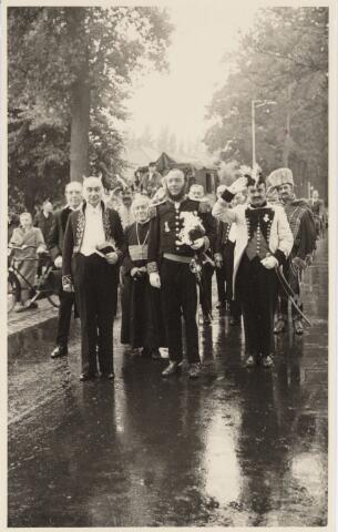 048955 - Festiviteiten te Tilburg b.g.v. het 50-jarig regeringsjubilé van Koningin Wilhelmina op 6 september 1948. Aankomst van koning Willem II bij de 'Vier Winden' aan de Bredaseweg ter hoogte oud Belgisch lijntje. Het rijtuig waarmee hij gekomen was stelde hij daarna ter beschikking van het gezelschap dat hem begroet had. Verslag over deze festiviteiten met optocht staat in het Nieuwsblad van dinsdag 7 september 1948. vlnr. : M. Bonsel, A. Guysten, Jan v.d. Brekel, Hein Dröge, Aug. Buddemeijer, Charles Gimbrére, Nies Rokx, Martin Bremers.