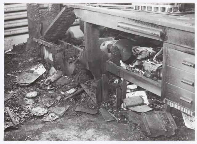 038957 - Volt. Zuid. Chemische Afdeling. Chemisch Laboratorium. In de nacht van woensdag 4 op donderdag 5 maart 1959 brak brand uit in een van de laboratorium tafels. De schade was zo groot dat men enige tijd zijn toevlucht tot een noodlaboratorium moest nemen.