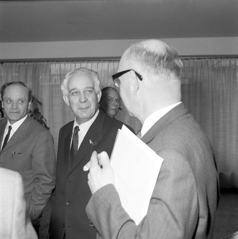 D-002696-1 - Bezoek van Jan Mertens, waarschijnlijk hier als staatssecretaris van sociale zaken.