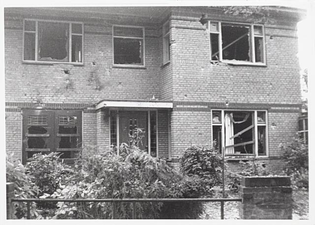 012397 - Tweede Wereldoorlog. Vernielingen. Door oorlogsgeweld beschadigde woning aan de Lovensezijstraat (thans Hyacintstraat).