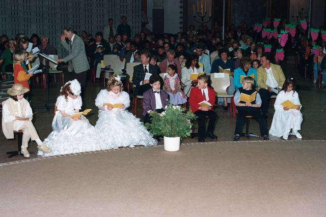 1237_002_285-2_010 - Religie. Rooms Katholieke Kerk. Pius X parochie . Communicanten  op de eerste rij.