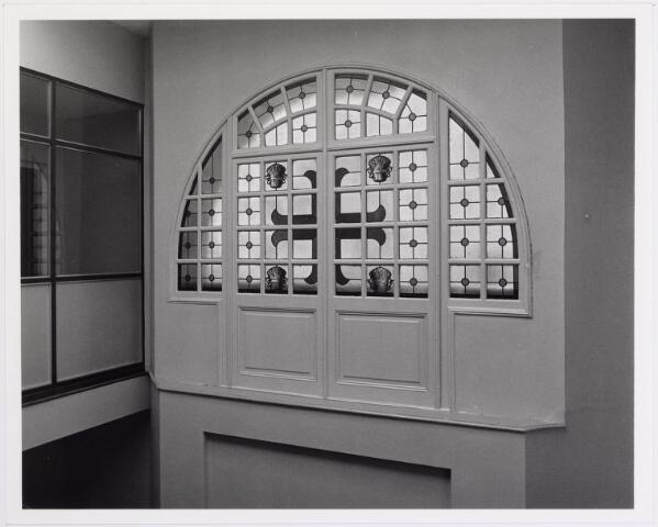 041897 - Elisabethziekenhuis. Gezondheidszorg. Ziekenhuizen. Glas-in-lood raam in het St. Elisabethziekenhuis  bij de neuro-afdeling St. Dionysius