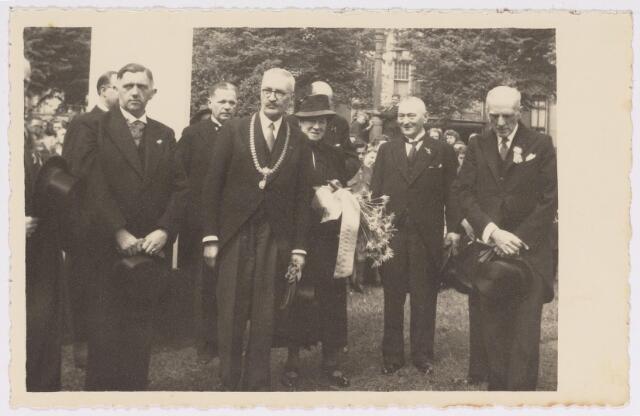 042743 - Nationale Feestdag na de bevrijding. Kranslegging  s middags om twaalf uur. Onder andere burgemeester Van de Mortel met echtgenote.