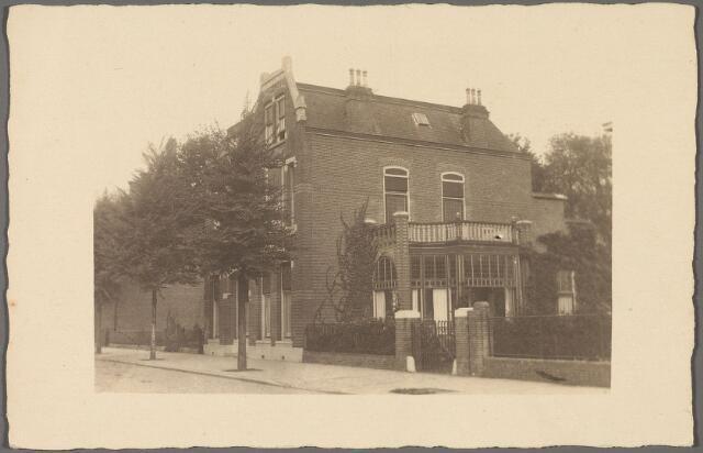 010343 - St. Josephstraat 107, woonhuis van de familie Bijvoet, later Mutsaerts-de Rooy. Kort van de oorlog is het huis ingrijpend verbouwd.