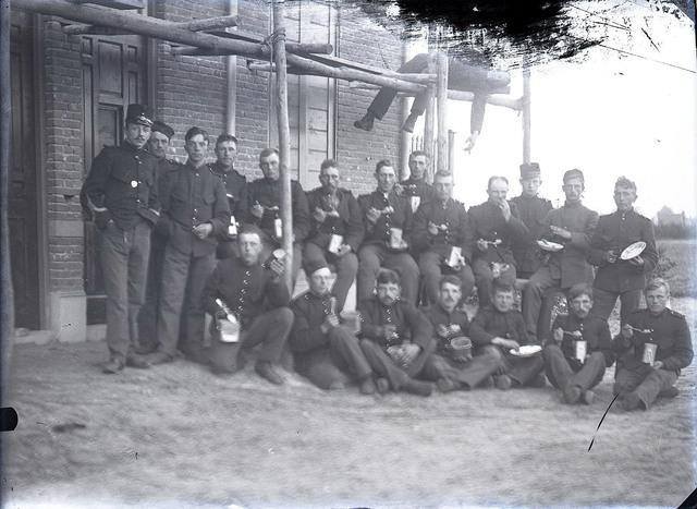 651600 - Mannen in uniform die aan het eten zijn.  De Bont. 1914-1945.