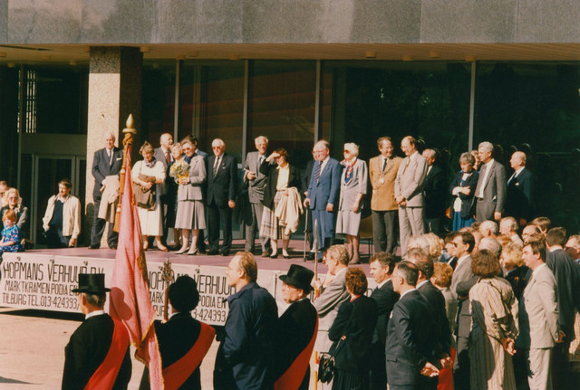 651317 - Tilburg, 125 jaar stad aan het spoor. Manifestatie. Op het podium staan v.l.n.r. onder andere de heer  van der Veen (voorzitter), de heer  E. de Grood (oud-wethouder van Tilburg), de heer en mevrouw Van der Harten (oud-commissaris van de Koningin in Noord-Brabant), de heer De Jong (directeur NS), de heer en mevrouw Letchert, burgemeester Brox van Tilburg, loco-burgemeester Van Eijkeren van Tilburg en de heer Aarts, burgervader van Gilze en Rijen.