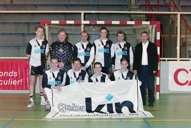 1237_001_029-2_014 - Sport. Voetbal. Willem II. Teamfoto voor een goal tijdens een zaalvoetbal competitie op 3 januari 1999.