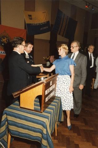 800094 - Sport. Voetbal. Voetbalvereniging R.K.S.V. Taxandria in Oisterwijk. Feestelijke receptie ter gelegenheid van het 40-jarige bestaan van de club in juni 1984. Hier wordt een gedenktegel aangeboden aan F. Mels en Jo v. Zelst. Links W. Paymans (voorzitter) en Theo Loues. Helemaal rechts Harrie Smetsers.
