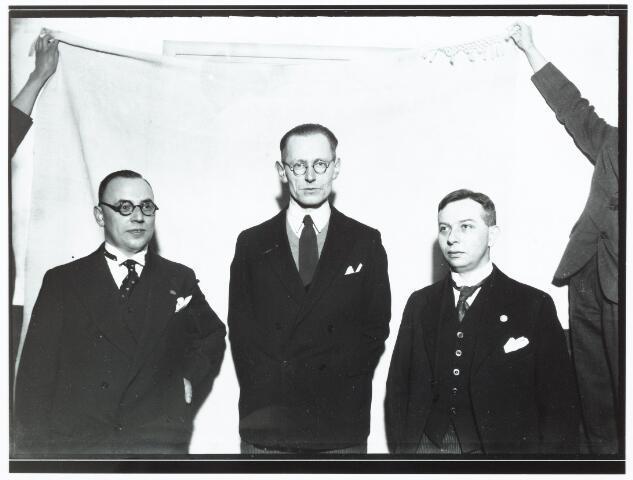 051945 - Hoger Voortgezet Onderwijs. R.K. Handelshogeschool te Tilburg. Eerste  Doctorale -Examen aan de R.K. Handelshogeschool te Tilburg. Gisteren slaagden voor de doctorale examen in de handelswetenschappen de eerste drie kandidaten. Tijdens de huldiging van de studenten ziet men v.l.n.r de heren: J. Gustav Frohn (1898-1966), P.P van Berkum uit Den Haag (met lof) en Ch.L.H. Truijen uit Tilburg.