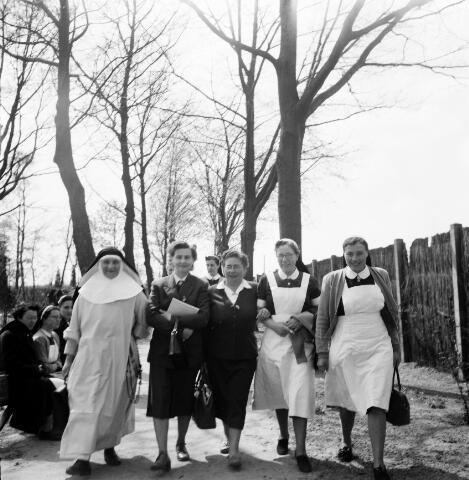 050498 - Het Wit-Gele Kruis, katholieke bond op het gebied van zieken- en gezondheidszorg. Provinciale Noord Brabantse Bond. Wijkverpleegstersdag 1954. Voorzitter: dr. C.J.M. Mol, mgr. prof. dr. F. Eeron, prof. dr. J. de Quaij en mgr. Hendriks.