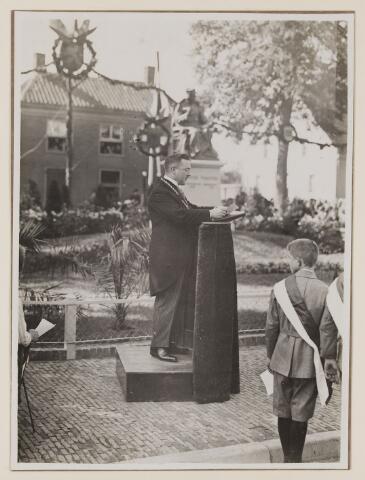 075451 - Onthulling standbeeld Pater Poirters (1926).  Feestrede door burgemeester Verwiel.