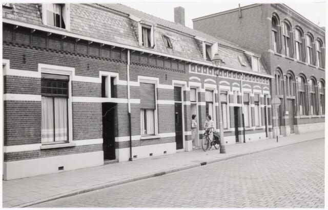 038638 - Volt.Zuid. Gebouwen. ±1960. Uiterst rechts het hoofdkantoor van Volt gebouw J uit die tijd aan de Voltstraat, gebouwd in 1919. Beide aanliggende woningen waren ook in het bezit van Volt. In een daarvan woonde destijds dhr. Schoppert, toen hoofdportier of hoofd bewaking. Overigens heette deze straat t/m 1949 Nieuwe Goirleseweg. De naam Voltstraat was een geschenk van de gemeente Tilburg bij het 40 jarig jarig jubileum van Volt in 1949.