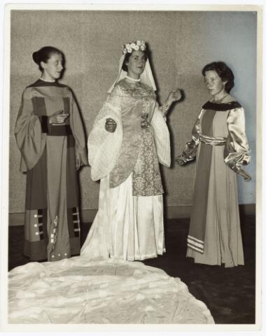009267 - H. Hartstoet. De bruid uit het Hooglied, een van de hoogtepunten uit de nieuwe H. Hartstoet. foto 1955. zie Rooms leven 9 juli 1955.